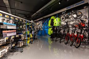Le cyclisme – axé ici sur la mobilité urbaine – est bien représenté dans le point de vente de la capitale. ((Photo: Romain Gamba / Maison Moderne))