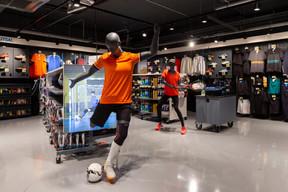 Premier sport licencié au Luxembourg, le football occupe une place de choix dans le magasin. ((Photo: Romain Gamba / Maison Moderne))