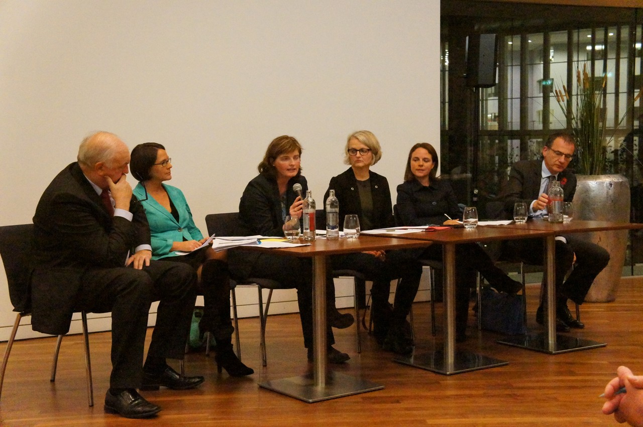From left to right: Charles Goerens (liberal MEP), Yuriko Backes (head of the European Commission representation office in Luxembourg), Fiona Godfrey (chair of Brill), Danièle Weber (journalist), Corinne Cahen (Luxembourg minister for integration) and British ambassador to the UK John Marshall answered the questions of concerned British citizens living and working in Luxembourg, 8 November 2017 Martine Huberty