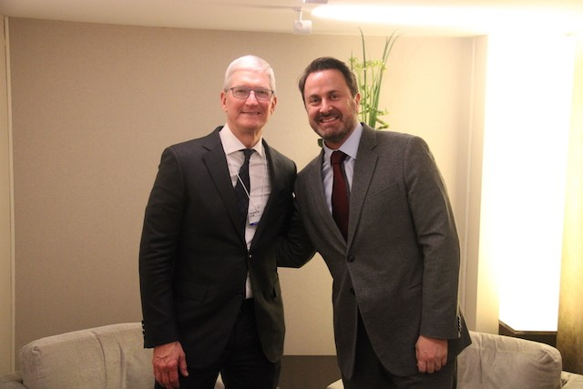 Apple CEO Tim Cook with Luxembourg PM Xavier Bettel in Davos ME