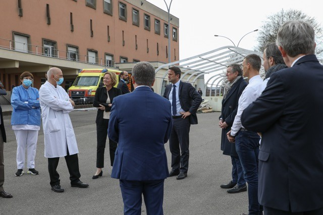 Health minister Paulette Lenert, prime minister Xavier Bettel and minister for the armed forces a François Bausch are briefed by hospital staff EMA