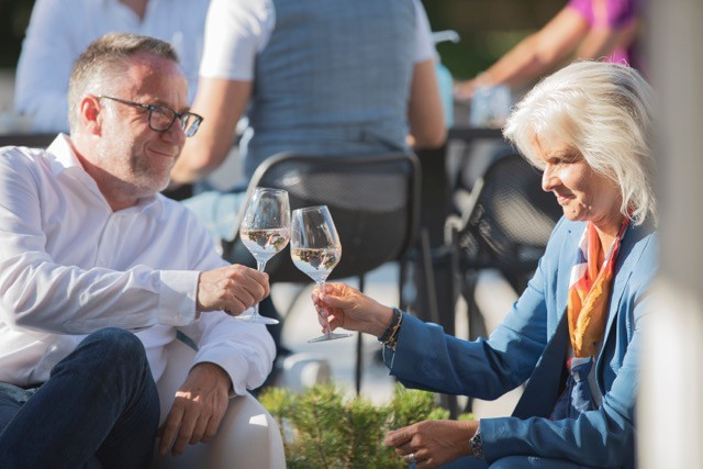 Cheers! Daniel Eischen and Françoise Reuter at a Delano Live event on the terrace of Brasserie Schuman in July 2020. Our 10th anniversary party takes place at the same venue on 13 July. Maison Moderne