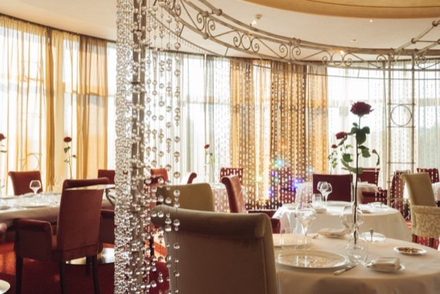 The interior of restaurant Les Roses at Casino 2000 in Mondorf-les-Bains Maison Moderne archives