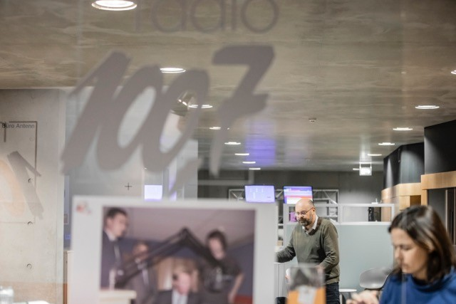 Archive photo shows Delano editor-in-chief Duncan Roberts at the Radio 100,7 studios (Photo: Jan Hanrion / Maison Moderne / archives)