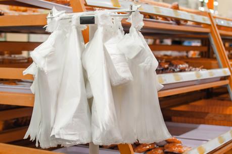 Delhaize veut en finir avec l'impact environnemental des sacs plastique. (Photo: Shutterstock)