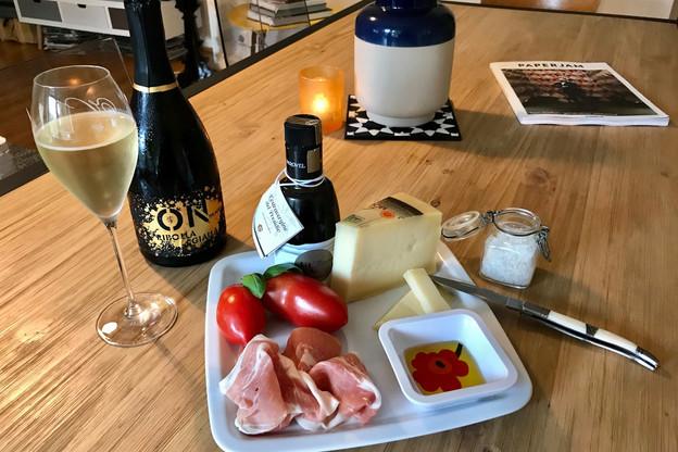 Jambon San Daniele, fromage Montasio et vin pétillant Antonutti: une triade gourmande dont on se lasse difficilement! (Photo: Maison Moderne)