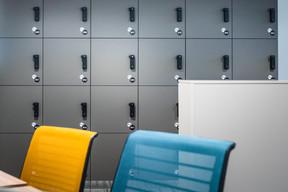Chaque employé dispose d'un casier pour ses affaires personnelles. Mot d'ordre: le «clean desk» en fin de journée. ((Photo: Nader Ghavami))
