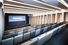 Un vaste auditorium peut accueillir jusqu'à 200 personnes. ((Photo: Nader Ghavami))