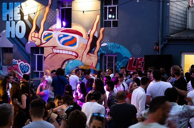 Sous un soleil aussi bienvenu que le retour à la fête de l'Atelier, de nombreux amateurs de musique et de danse se sont déhanchés dans la cour de la salle de spectacle dimanche dernier. (Photo: ALL RIGHTS RESERVED/Den Atelier)