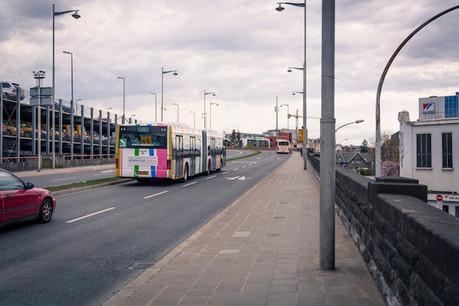 Léon Gloden (CSV) questionne le ministre de la Mobilité, François Bausch, au sujet de la création d'une voie spéciale permettant aux bus de desservir des parkings, avant de remonter sur la voie rapide. (Photo: Benjamin Champenois / Maison Moderne / archives)