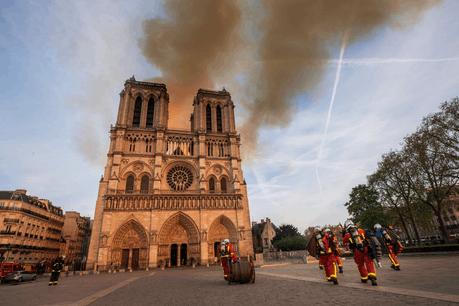 Ces 10 poutres de 20m sur 1m20 serviront à consolider l'ensemble de la charpente restante de Notre-Dame, fortement endommagé suite à l'incendie. (Photo: B.Moser - BSPP/Twitter @PompiersParis)