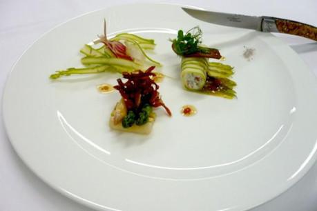 Les asperges vertes et blanches, crues et cuites. (Photo: D.R.)