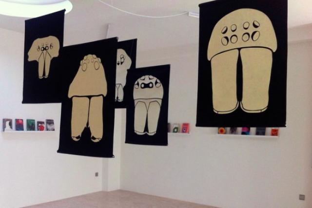 Les bannières de Julian Montague évoquent aussi bien des insectes que des champignons. (Photo: galerie 14)