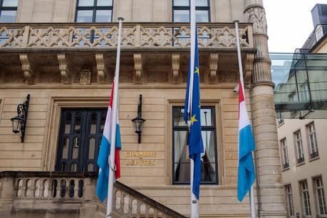 Les drapeaux luxembourgeois sont en berne sur les monuments. (Photo: Matic Zorman)