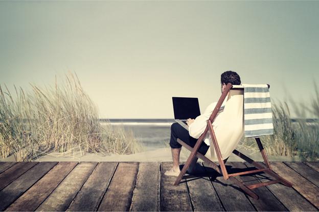 Une retenue de 5% sur le salaire pour chaque jour passé à travailler depuis chez soi, alors qu'on pourrait retourner dans son entreprise mais qu'on ne le fait pas, c'est l'objet de la proposition formulée par les économistes de la Deutsche Bank. (Photo: Shutterstock)