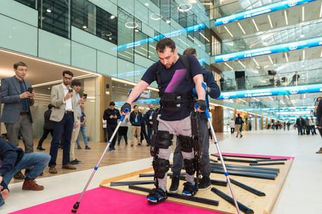 L'exosquelette d'ExoAtlet est utilisé dans le cadre de la rééducation après différents traumatismes ou maladies. Sa certification européenne devrait accélérer son adoption en Europe. (Photo: ExoAtlet)