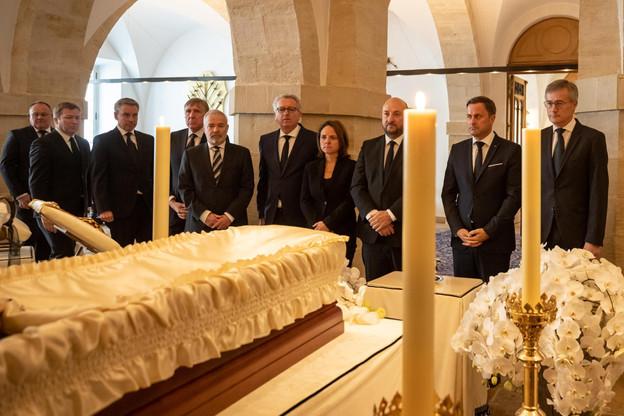 Les membres du gouvernement sont venus rendre un dernier hommage à Son Altesse Royale le Grand-Duc Jean, exposé dans la chapelle ardente au palais grand-ducal. (Photo: Cour grand-ducale / Claude Piscitelli)
