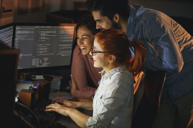 Les programmeurs, des professionnels de moins en moins utiles selon Gartner, qui affirme qu'avec le développement du low-code et du no-code, même des amateurs arriveront au même résultat plus vite et pour moins cher. (Photo: Shutterstock)