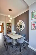 La salle à manger présente un caractère plus sombre, plus design, qui se distingue bien de l'espace salon, tout en restant dans la continuité de celui-ci. ((Photo: Andrés Lejona/Maison Moderne))