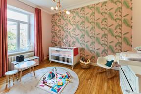 À l'étage, les enfants ont chacun leur chambre. Celle de la petite fille est une bulle toute rose. ((Photo: Andrés Lejona/Maison Moderne))