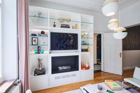 Dans le salon, les propriétaires tenaient à avoir une cheminée. Un rêve réalisé grâce à un modèle fonctionnant à l'éthanol, inséré dans un meuble construit sur mesure. ((Photo: Andrés Lejona/Maison Moderne))