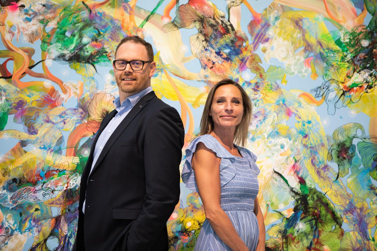 Jeffrey Dentzer, Chief of Luxembourg Market & CIB etLore Bertrand, Channels Business Delivery & Digital Adoption.   Photo: Maison Moderne ; Oeuvre  « Régénération » acrylic on canvas - 200 x 300 cm - 2021 - artiste: Samuel Lévy.