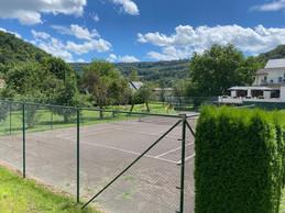 Le court de tennis et, à droite, la terrasse du restaurant. ((Photo: Paperjam))
