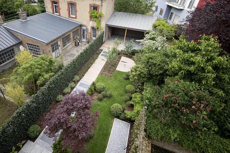 À l'arrière, le jardin agrémente la perspective depuis les étages. (Photo: Patricia Pitsch)