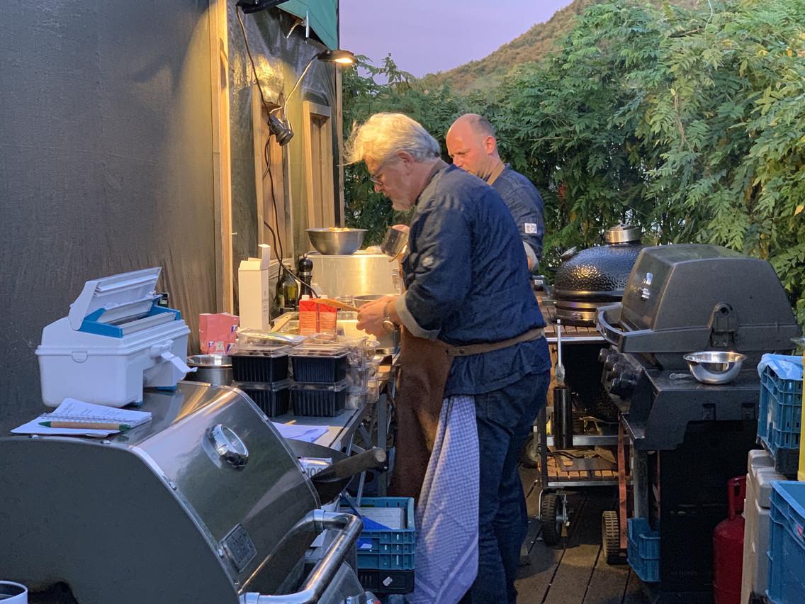 Le chef Pierre Hacha, notamment spécialiste du barbecue, a cuisiné en extérieur dans un petit espace. (Photo: Paperjam)