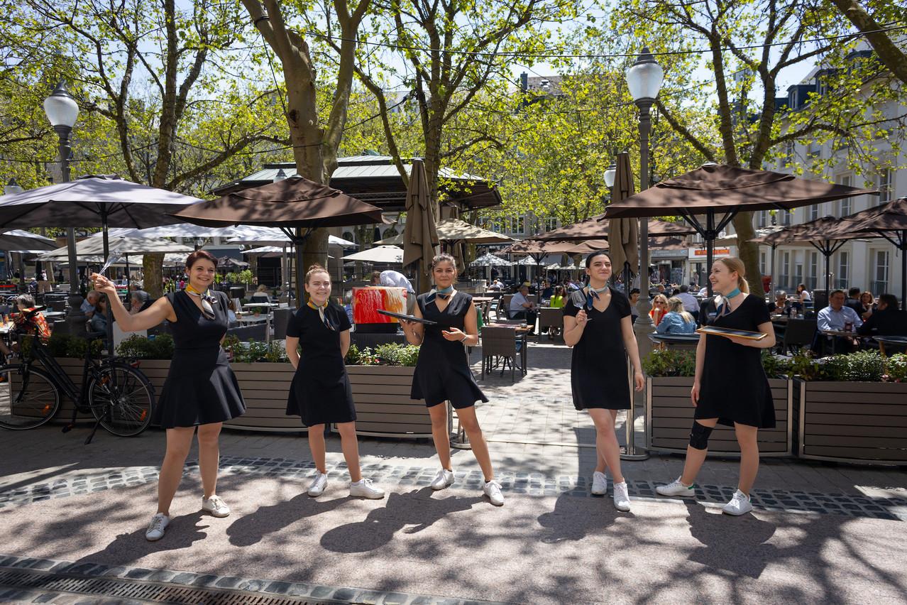 Une équipe très féminine en place au Café de Paris. Hôtel Le Place d'Armes