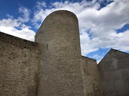 La tour réhabilitée en gîte fait partie des vestiges de la ville fortifiée. ((Photo: Paperjam.lu))