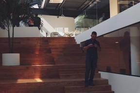 L'escalier central sert à la fois de lieu de passage, d'échange et de réunion. ((Photo: DSL))
