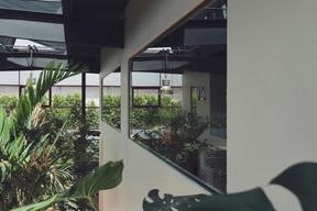 En plus de la verrière au plafond, les grandes baies vitrées laissent circuler la lumière dans tout le bâtiment. ((Photo: DSL))