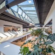 Le toit en partie vitré fait entrer la lumière naturelle dans le centre de la halle. ((Photo: Steve Troes Fotodesign))