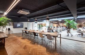 Dans plusieurs espaces, on trouve du parquet au sol, y compris dans la grande salle de réunion, procurant un sentiment de confort et, à nouveau, de «chez-soi». ((Photo: Steve Troes Fotodesign))