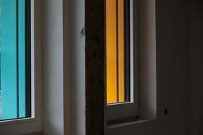 Les fenêtres colorées du nouveau bâtiment sont un clin d'œil aux façades colorées du quartier Italie. ((Photo: Matic Zorman/Maison Moderne))