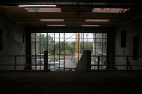 Une large baie vitrée apporte beaucoup de lumière à l'intérieur. ((Photo: Matic Zorman/Maison Moderne))