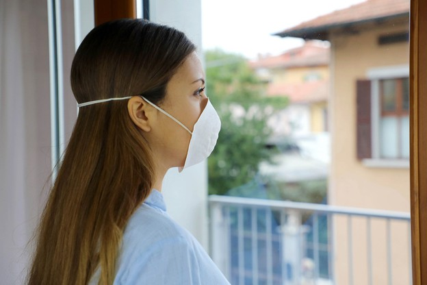 Pour les personnes qui ont été en contact étroit avec une personne infectée et qui sont en quarantaine, le test de dépistage sera effectué le 6ejour après le dernier contact (contre 5jours jusqu'alors). (Photo: Shutterstock)
