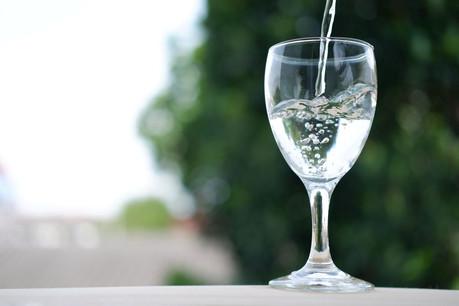 Une campagne de sensibilisation, selon des modalités à définir, va être organisée au sujet de l'eau du robinet proposée aux tables des restaurants et des cafés. (Photo: Shutterstock)