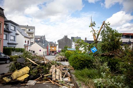 Pétange pansait encore ses plaies ce samedi, après le passage de la tornade, vendredi 9 août, qui a entraîné de nombreux dégâts sur les routes et arraché plusieurs toits de la ville. (Photo: Mélanie Markovic / La Meuse Luxembourg)