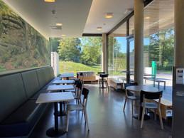 À côté du lac, et outre la terrasse, la salle du réfectoire, refaite à neuf, offre une bouffée d'oxygène. ((Photo: Paperjam))