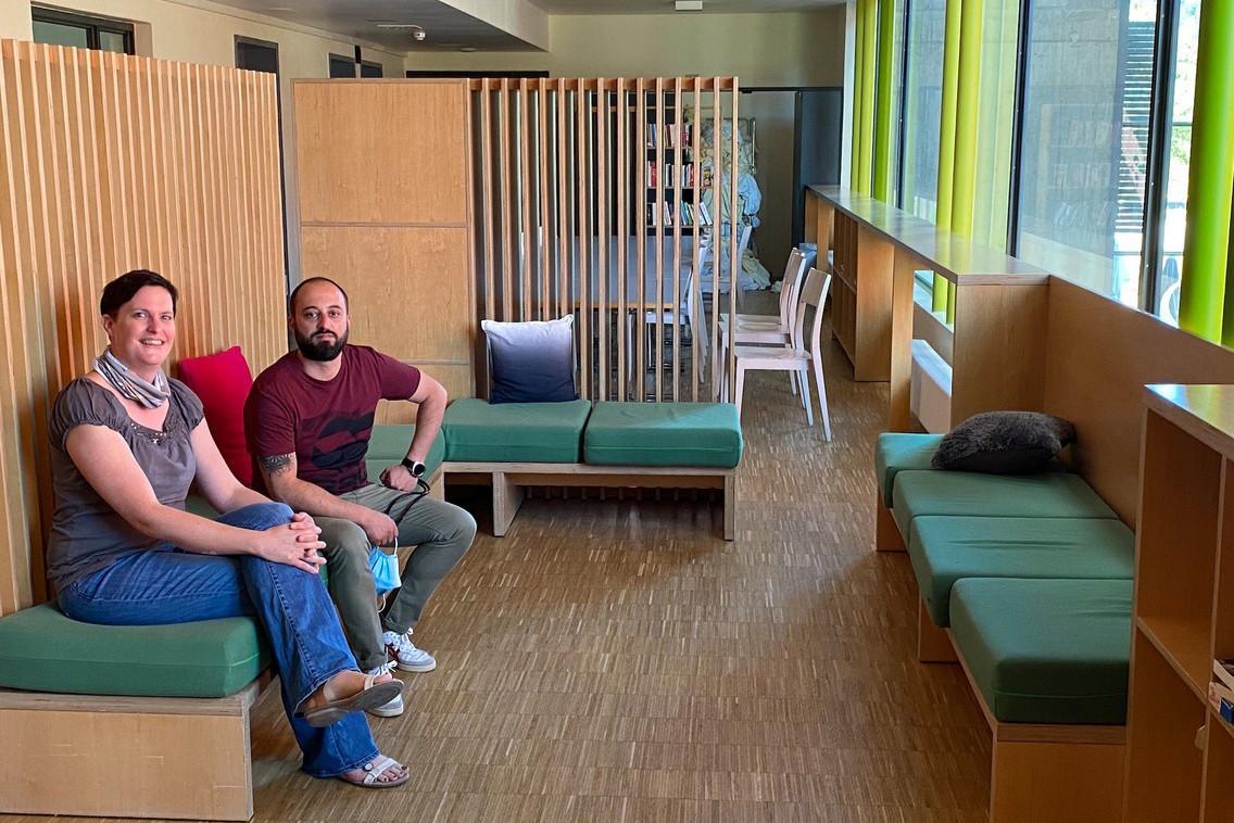 MartineBackendorf, chargée de communication de l'asbl Les Auberges de jeunesse luxembourgeoises, et JoëlMartins, le gérant de celle d'Echternach, dans une des salles communes. (Photo: Paperjam)