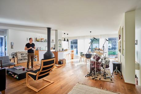 L'espace à vivre est une seule et grande pièce: un salon avec «un foyer, qui est réellement le cœur de notre maison», une cuisine ouverte et un espace repas. (Photo: Andrés Lejona/Maison Moderne)