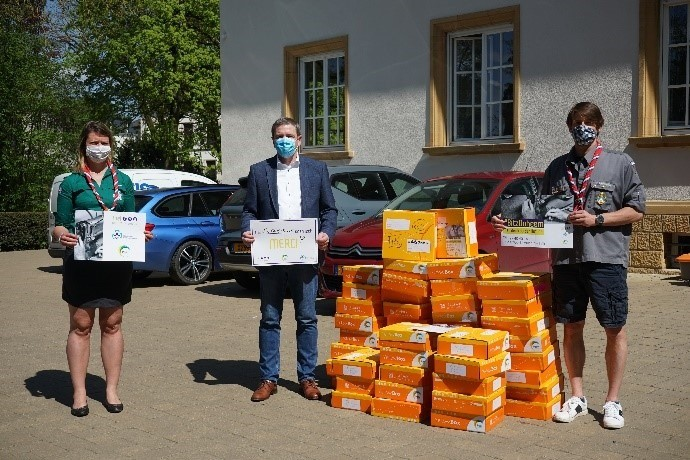 Des masques ont été remis à la Croix-Rouge par la Fnel Scouts & Guides et les Lëtzebuerger Guiden a Scouten. (Photo: Croix-Rouge luxembourgeoise / Facebook)