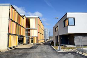 En face des maisons témoins, un des Parkhaus est déjà réalisé. ((Photo: Médiathèque commune de Kehlen – Raymond Faber))