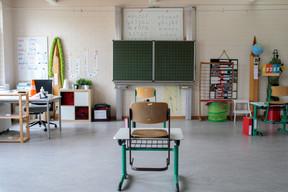Les bureaux des élèves sont espacés de plus de deux mètres, comme le préconisent les autorités. ((Photo: Matic Zorman/Maison Moderne))