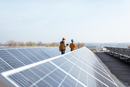 Une entreprise peut investir directement dans la production d'énergie (photovoltaïque, thermique, pompes à chaleur, biomasse, éolienne). (Photo: Shutterstock)