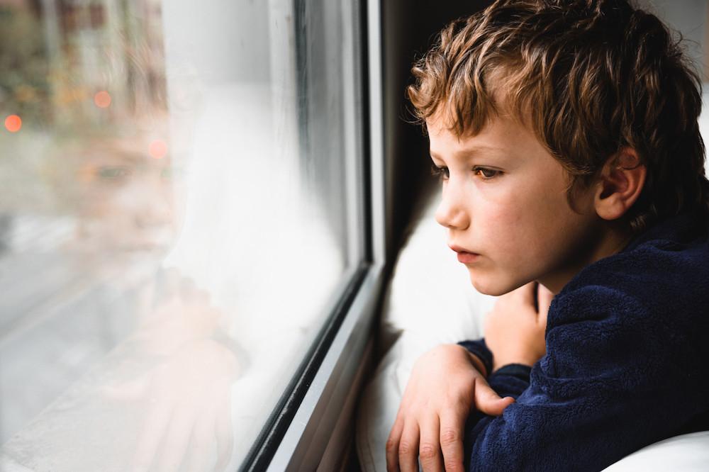 Les enfants âgés – ceux inscrits au secondaire – ressentent plus d'émotions négatives, de soucis et éprouvent une moins grande satisfaction dans leur vie que les enfants inscrits à l'école primaire. De même, les enfants issus de milieux défavorisés disent éprouver davantage de soucis que les autres. Quant aux jeunes filles, elles éprouvent davantage d'émotions négatives que les garçons. (Photo: Shutterstock)