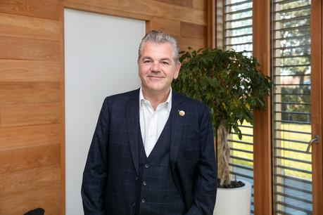JohnParkhouse, CEO de PwC Luxembourg, souhaite que le cabinet de conseil soit un employeur plus attractif en renforçant les effectifs pour éviter que le personnel ne soit confronté à des charges de travail trop lourdes et en intensifiant le développement des compétences. (Photo: Romain Gamba/Maison Moderne)
