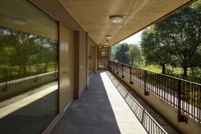 Les espaces de vie bénéficient d'une grande baie vitrée pour profiter de la liaison avec le jardin. ((Photo: Christof Weber))